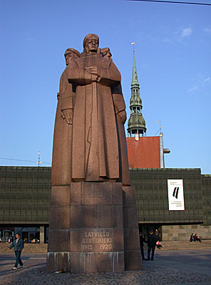 Heroic memorial in front of the Occupation Museum on Strelniekulaukums