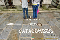 Direction to the Catacombes entrance